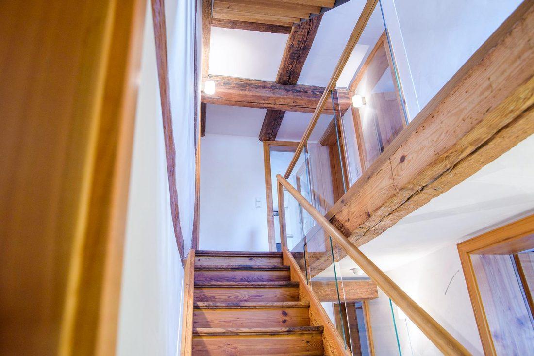 Altbau Sanierung – Holzgebälk und Treppe